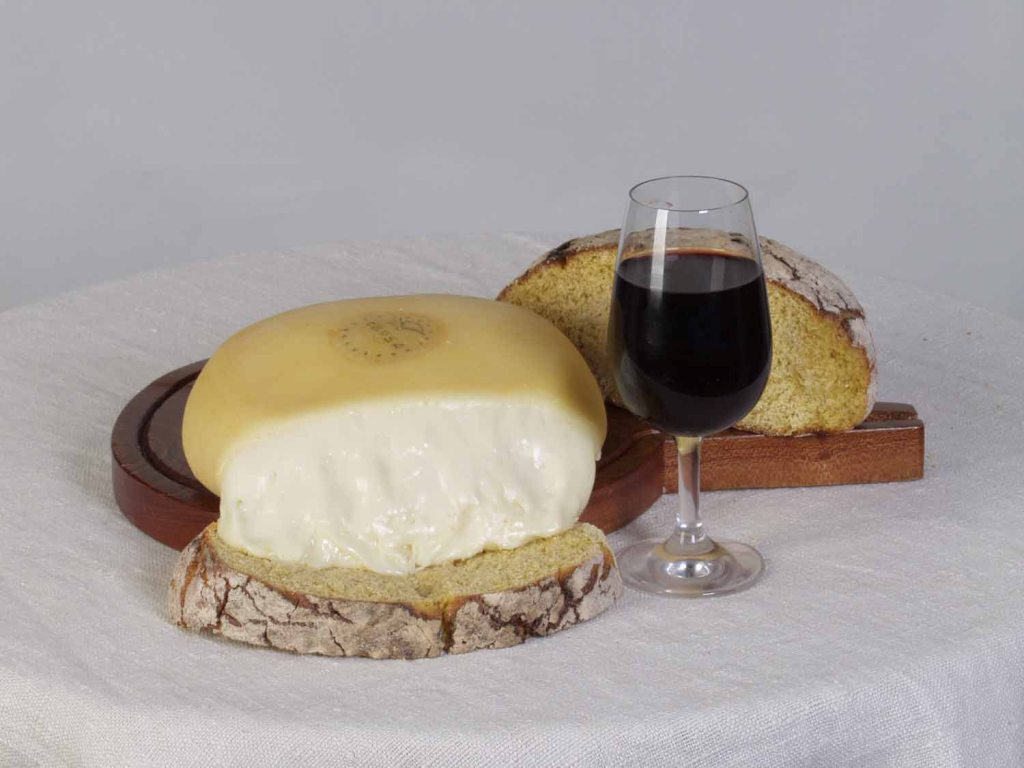 Queijo Serra da Estrela, vinho e Pão