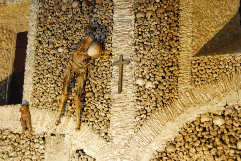 Esqueletos Pendurados na Capela dos Ossos em Évora