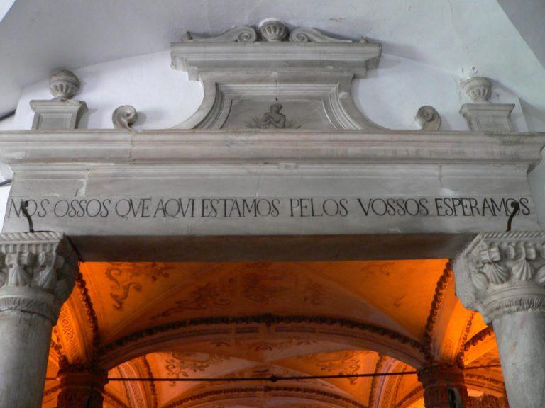 Inscrição na Entrada da Capela dos Ossos